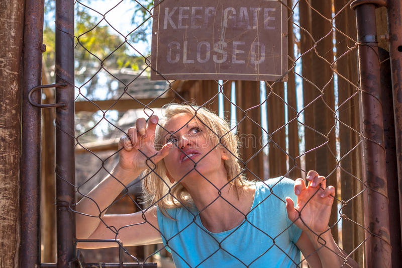 Psychotische Frau im Käfig stockfotos