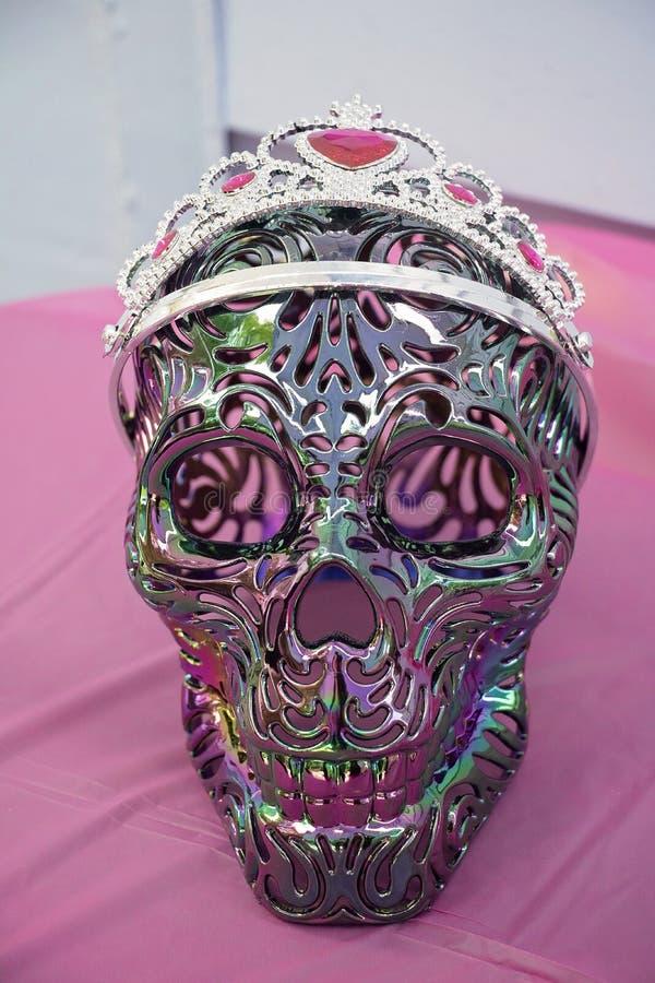 Psykedelisk skalle som bär en krona arkivfoton