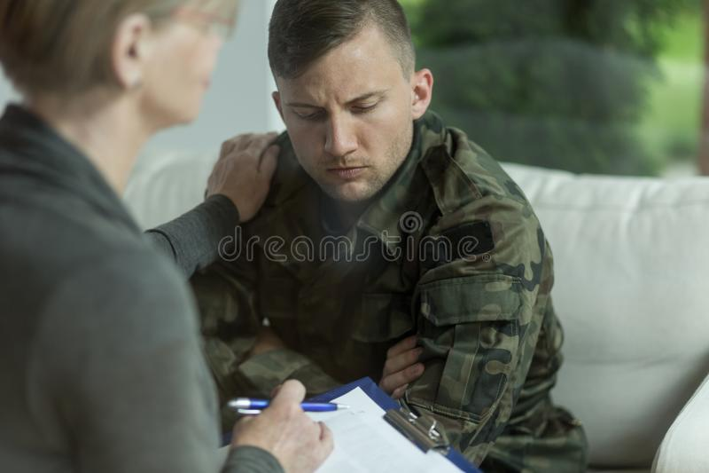 Psykiater och militär man för förtvivlan arkivbild