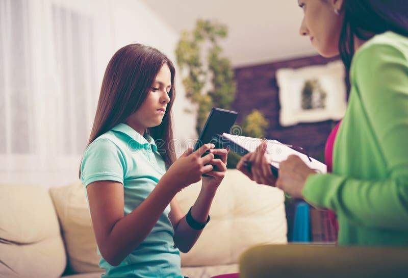 Psykiater som diagnostiserar den tonårs- flickan med internetböjelse royaltyfri foto