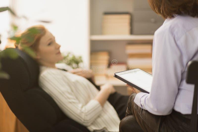Psykiater som intervjuar patienten arkivbilder