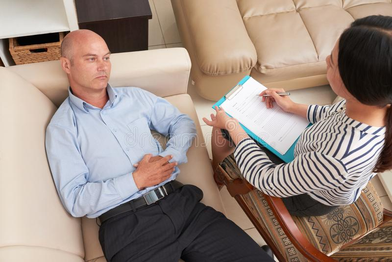 Psykolog som arbetar med patienten arkivbild