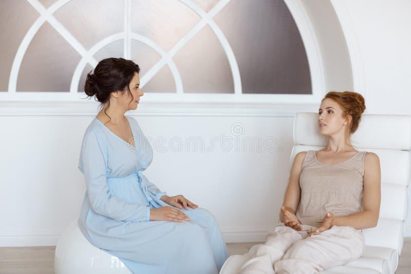 Psykolog som har period med hennes patient i regeringsställning royaltyfria foton