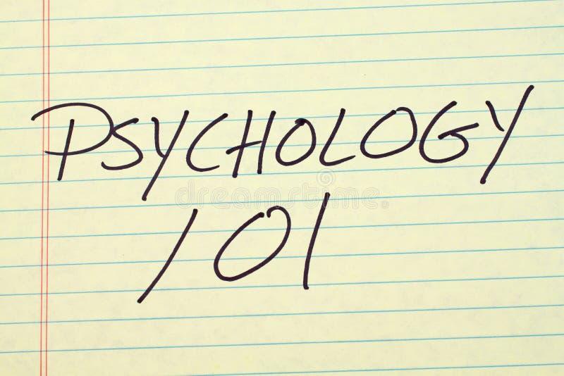 Psykologi 101 på ett gult lagligt block royaltyfri fotografi