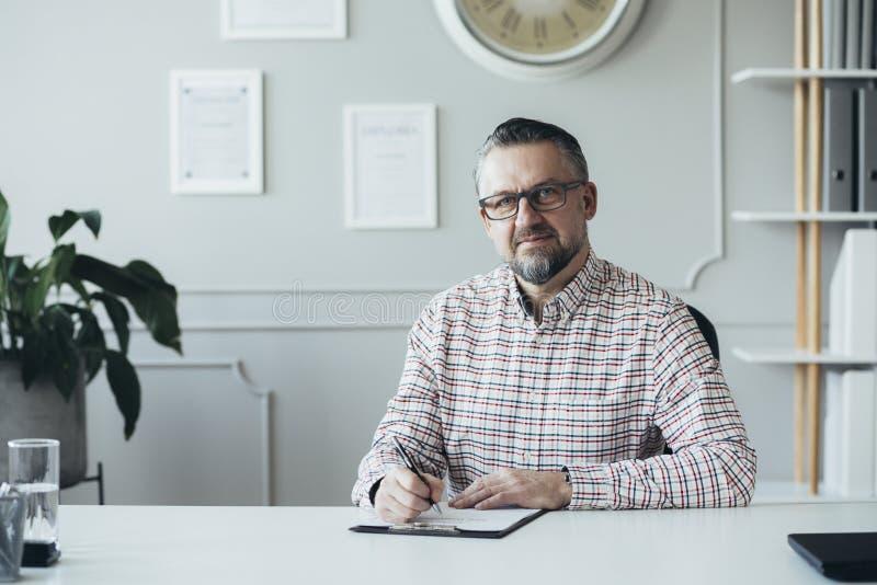 Psykoterapeuten väntar på hans kontor fotografering för bildbyråer