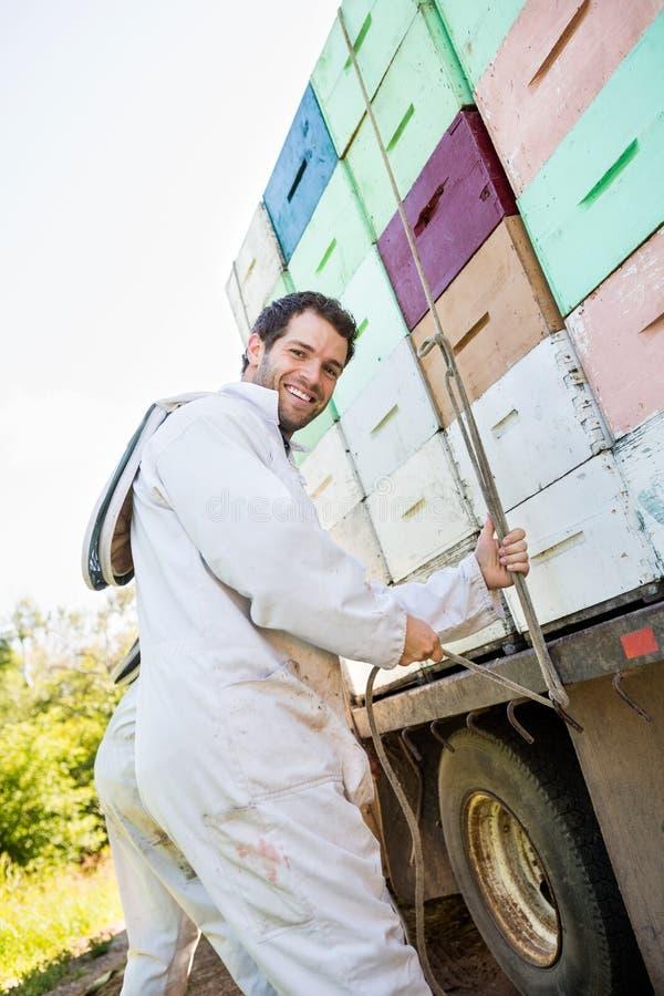 Pszczelarka Wiąże arkany Brogować Honeycomb skrzynki Dalej obraz stock