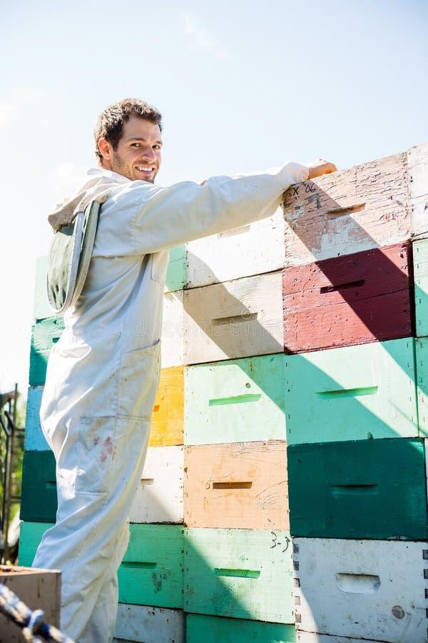 Pszczelarki Honeycomb ładowanie Brogować skrzynki zdjęcia royalty free