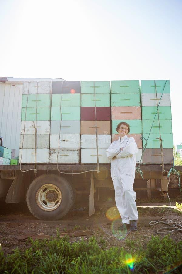 Pszczelarki pozycja Przeciw ciężarówce Ładującej Z obraz stock