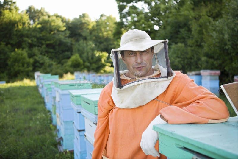 Pszczelarki pozycja W pasiece obrazy stock