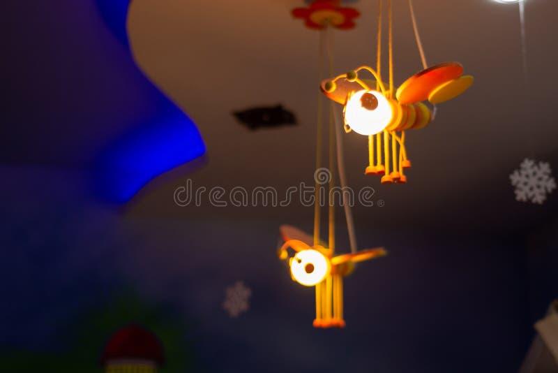 Pszczoły światło i dekoracji obwieszenie na suficie bawimy się w domu przy nocą obraz stock