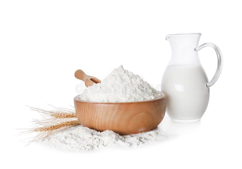 Pszeniczna mąka i dzbanek mleko zdjęcie royalty free