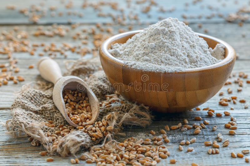 Pszeniczna mąka i miarka z adrą fotografia stock