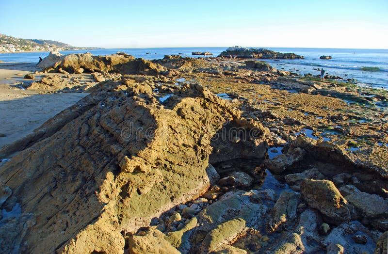 Ptak skała przy Niskim przypływem z Heisler parka wyluzuj Kalifornijskie Laguna beach fotografia royalty free
