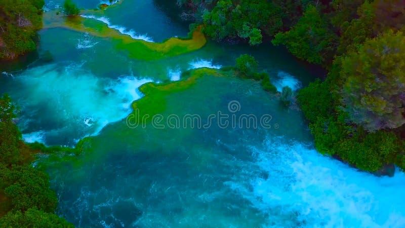 Ptaka oka widok Chorwacja, Europa; Ostatni ?wiat?o s?oneczne za?wieca w g?r? czystej wodnej siklawy na Plitvice parku narodowym k obrazy royalty free