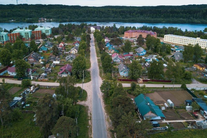 Ptasi ` s oka widok środkowa ulica i dachy domy w typ ugoda Leningrad region obrazy royalty free