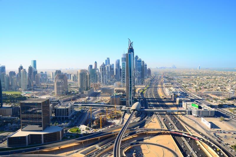 Ptasi ` s oka widok Dubaj Drapacze chmur w pustyni obraz stock