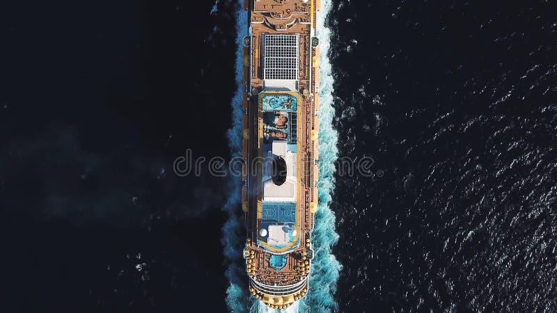 Ptasiego oka odgórny widok wielki krążownika statek w głębokiej błękitne wody w słonecznym dniu, luksusowy pojęcie zapas Widok z  obrazy stock