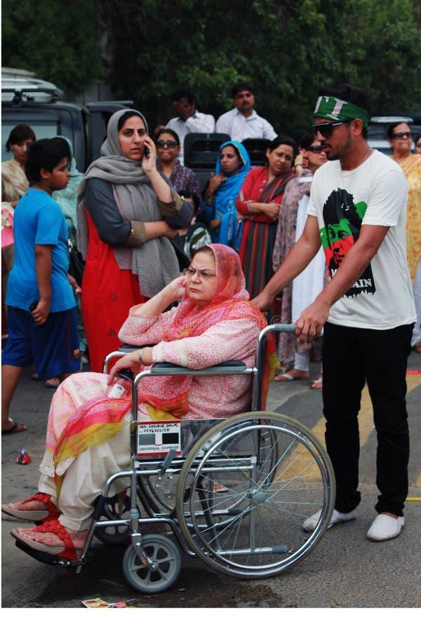PTI-Anhänger am Wahltag in Karatschi, Pakistan stockfotografie