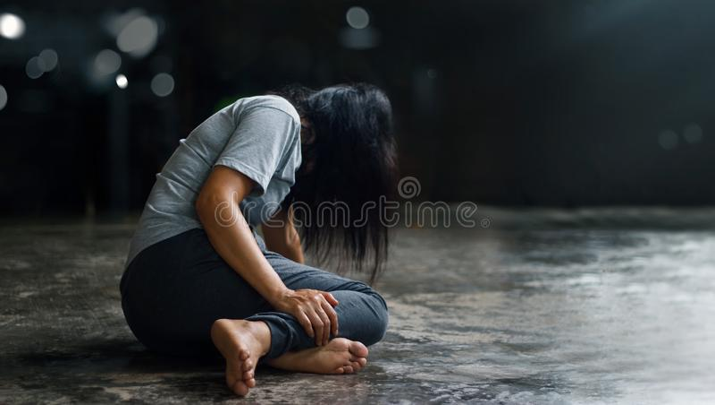 PTSD精神健康概念 岗位创伤重音混乱 沮丧的妇女单独坐在暗室backgr的地板 库存图片