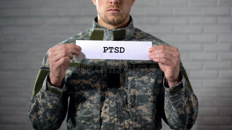 PTSD scritto sulle mani del soldato maschio, disordine post - traumatico, salute del segno dentro immagini stock libere da diritti
