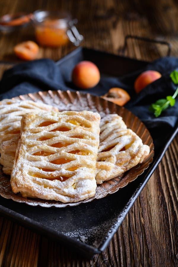 Ptysiowego ciasta kulebiaki wypełniający z morelowym dżemu i chałupy serem fotografia royalty free