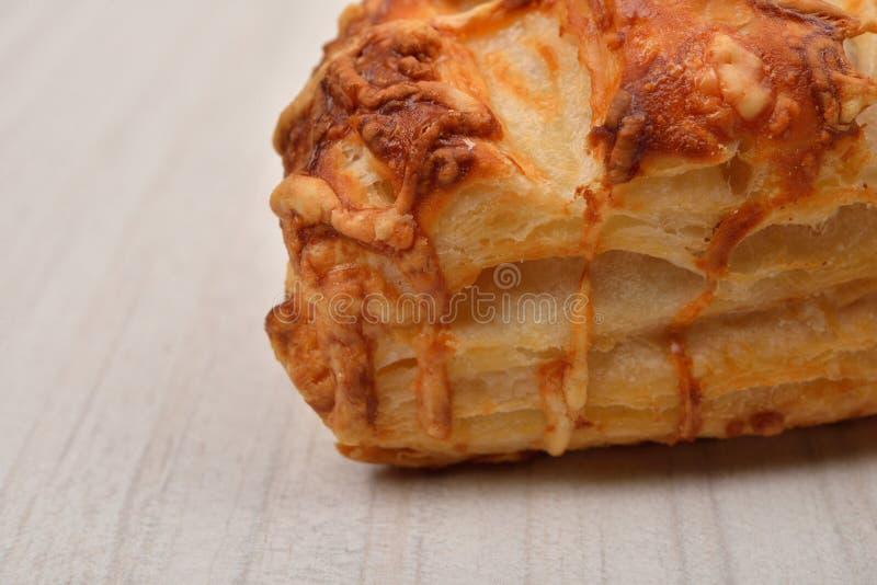 Ptysiowy ciasto z chałupa serem na drewnianym tle kosmos kopii zdjęcia royalty free