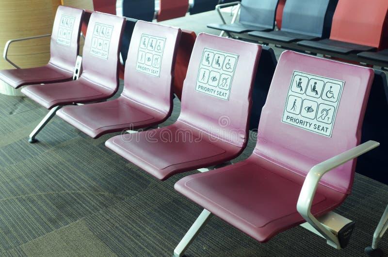 Puści priorytetów siedzenia w lotnisku międzynarodowym obraz stock