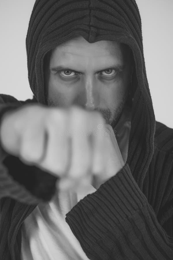 Puño del combatiente del hombre con la perforación seria de la cara imagenes de archivo