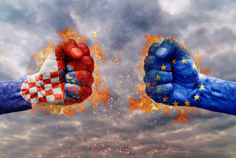 Puño dos con la bandera de Croacia y de la UE hechos frente en uno a foto de archivo libre de regalías