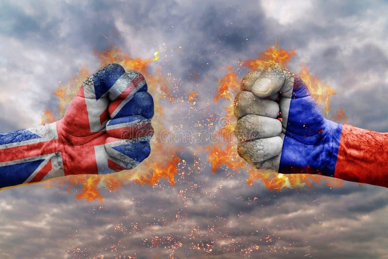 Puño dos con la bandera de Rusia y de Reino Unido hechos frente en uno a imagen de archivo libre de regalías