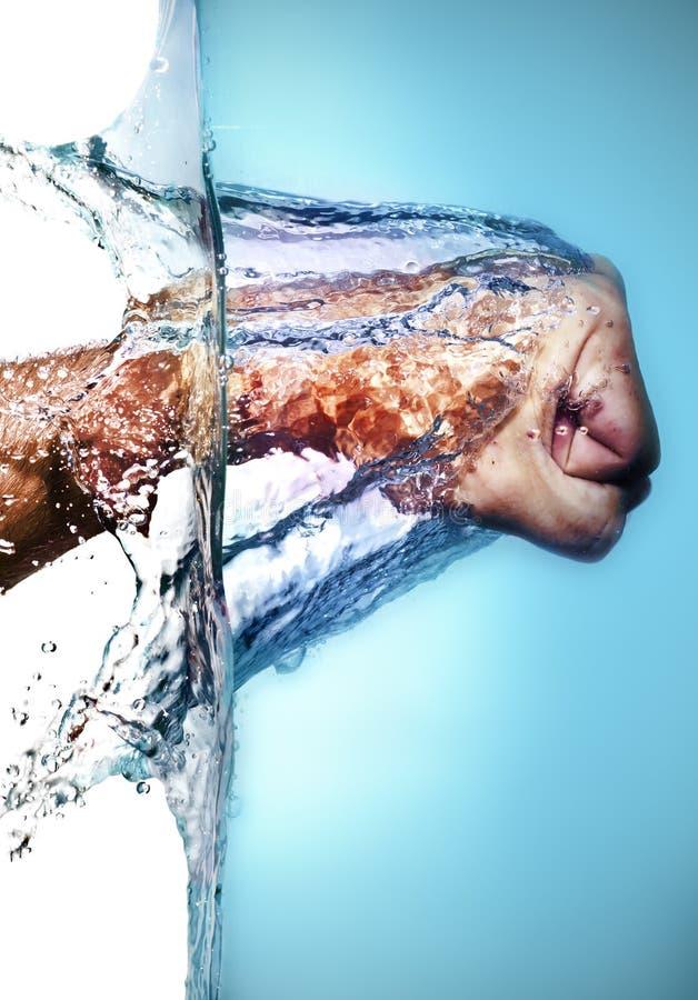 Puño masculino que golpea el agua fotografía de archivo libre de regalías