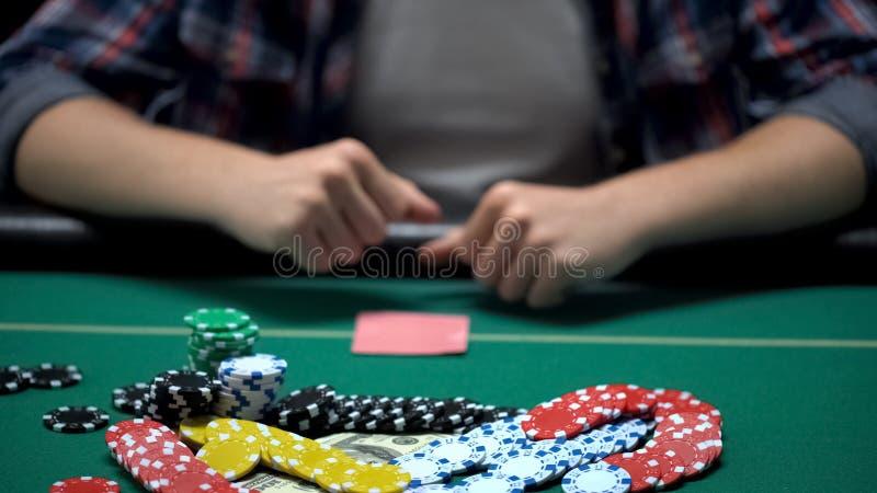 Puños de apretón del jugador de póker del casino que apuestan todo al torneo que gana imagen de archivo