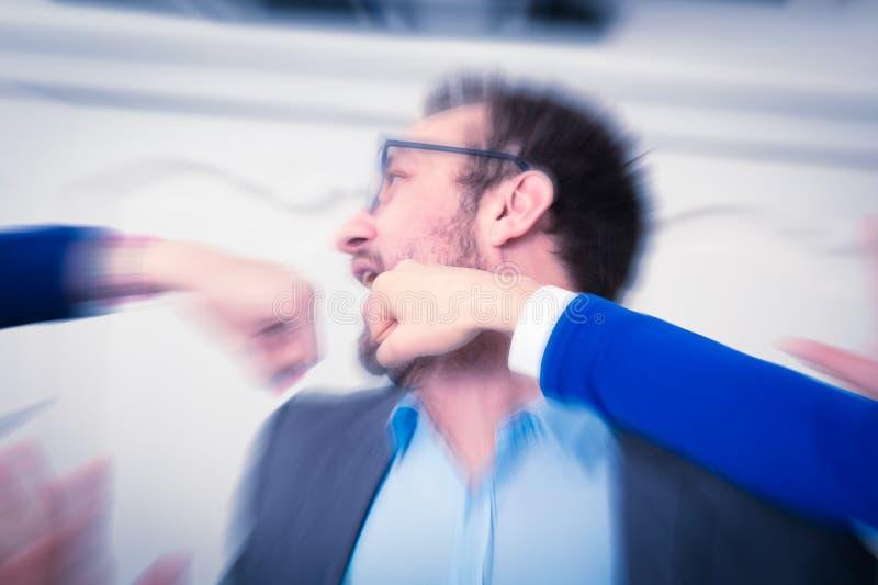 Puños que perforan al hombre de negocios en la cara imagenes de archivo