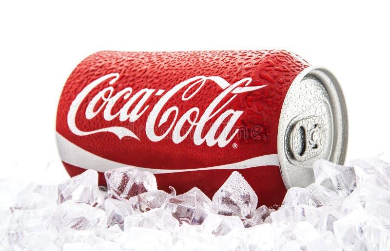 Può di Coca-Cola su un letto di ghiacciare un fondo bianco fotografie stock libere da diritti
