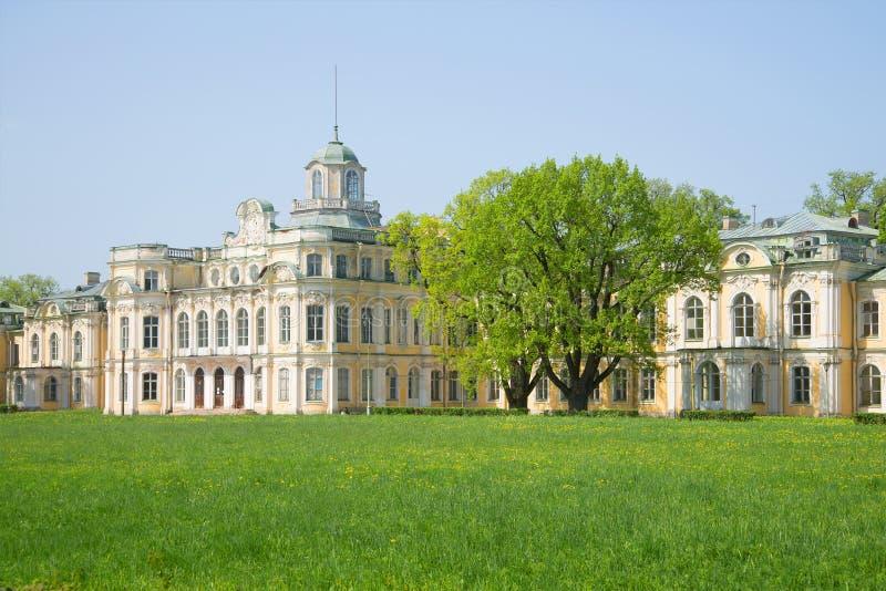 Può il giorno soleggiato nella vecchia proprietà imperiale Znamenka Peterhof fotografia stock