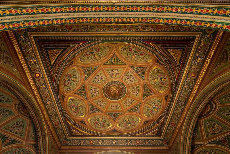 Pułap pałacu Manasterly w epoce królewskiej ozdobiony kolorowymi i złotymi obrazami kwiatowymi fotografia royalty free