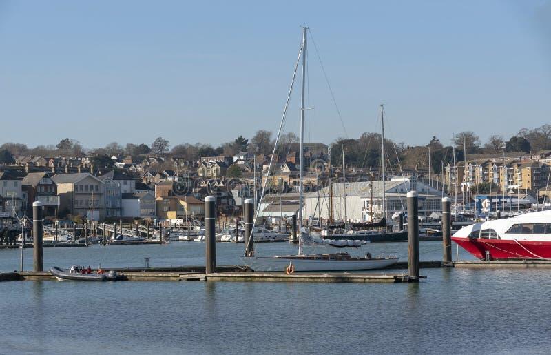 Puści łódkowaci cumowania podczas zimy Cowes wyspa Wight, UK obraz royalty free