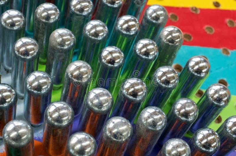 Puści azotawego tlenku kanistery odbija psychodelicznych colours obrazy stock