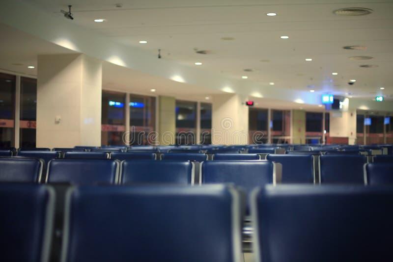 Puści błękitów siedzenia przy lotniskiem obraz stock