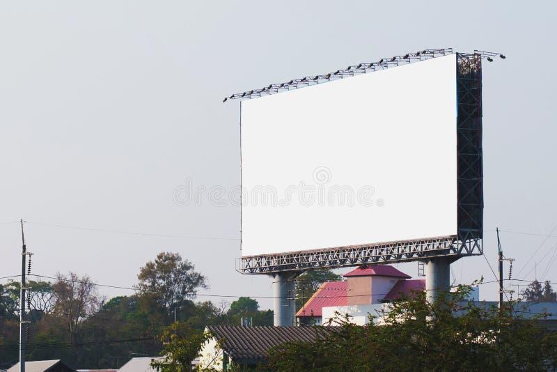 puści billboardy w mieście z niebieskim niebem fotografia stock