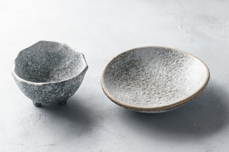 Puści ceramiczni puchary na betonowym szarym tle zdjęcie royalty free