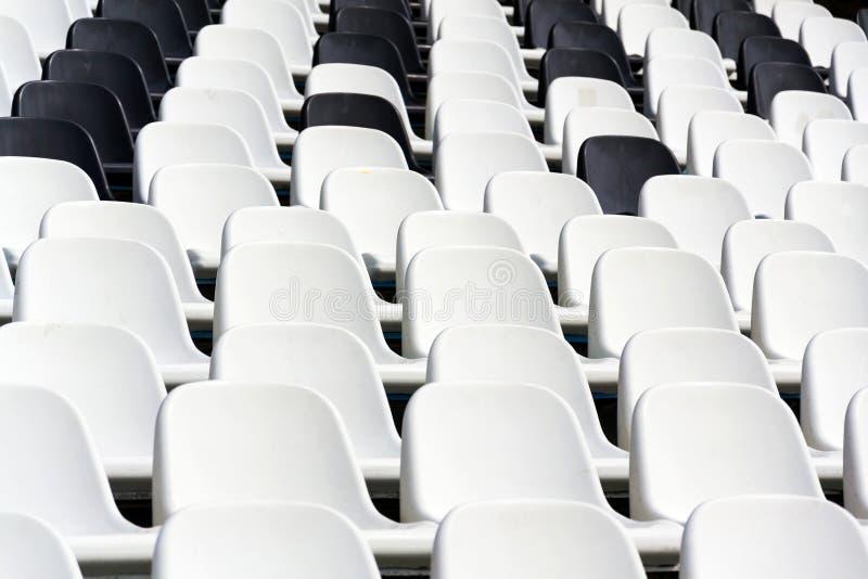 Puści czarny i biały stadiów siedzenia mieszali w rzędach, fotografia stock