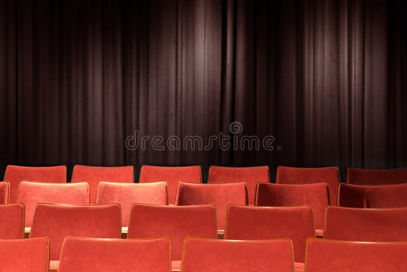 Puści czerwieni krzesła przy theatre obrazy stock