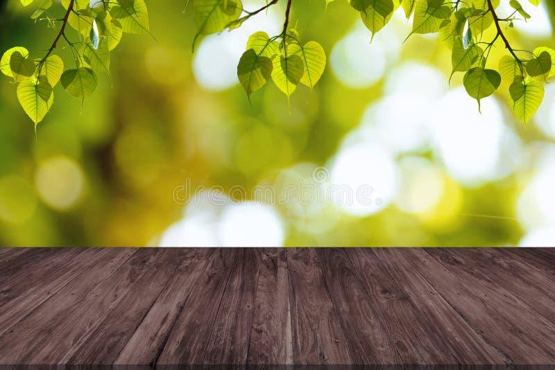 Puści drewniani stołu i zieleni liście zdjęcie stock