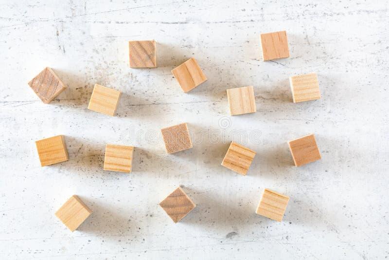 Puści drewniani sześciany rozpraszający na bielu kamienia desce, mieszkanie nieatutowa fotografia fotografia stock