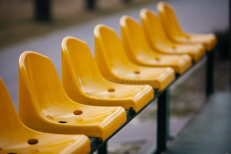 Puści kolorów żółtych siedzenia na sporta stadium zdjęcie stock