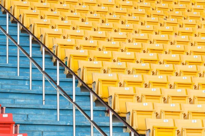 Puści kolorów żółtych siedzenia przy stadium, rzędy siedzenie na stadium piłkarski obrazy royalty free