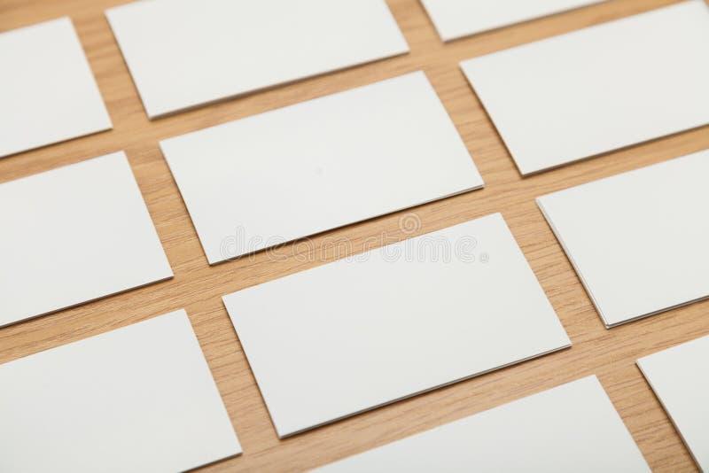 Puści papiery na drewnianym stole zdjęcia royalty free