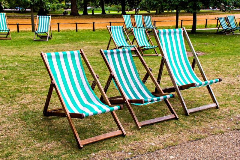 Puści pokładów krzesła w parku obrazy royalty free