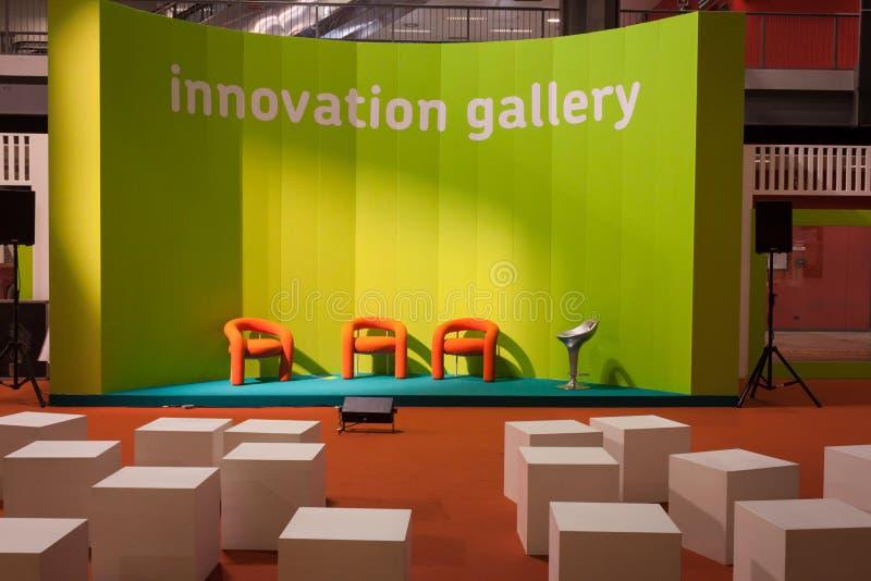 Puści pomarańcz krzesła przy gospodarzem 2013 w Mediolan, Włochy fotografia stock